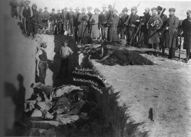 """Massacre des Sioux à Wounded Knee, le 29 décembre 1890 : hommes, femmes et enfants furent exécuté à la mitrailleuse, stade final de l'ethnocide et du génocide des Idiens d'Amérique perpétré au nom de la """"destinée manifeste"""" des USA"""