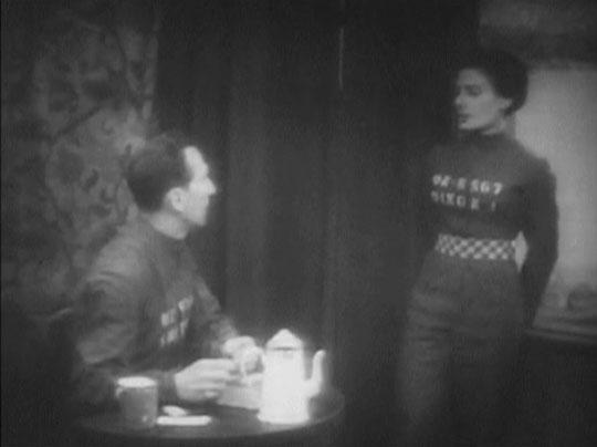 1984 de Nigel Kneale : Winston et Julia prennent le thé dans leur nid d'amour qu'ils croient secret...
