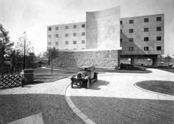 Marius Gravot (travaille avec l'architecte de 1930 à 1933) Le Corbusier et Pierre Jeanneret, Pavillon suisse, Cité internationale universitaire, Paris, 1929-1933 Vue de l'extérieur avec automobile de Le Corbusier Voisin - © FLC Paris/ProLitteris
