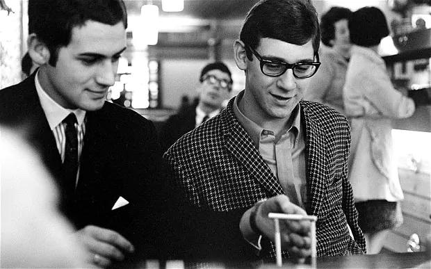 Modernists dans un café à Londres, vers 1966